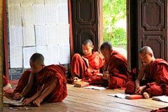 Монастырь Shwe Yan Pyay и монах, Nyaungshwe, Мьянма Стоковые Изображения RF