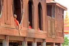Монастырь Shwe Yan Pyay и монах, Nyaungshwe, Мьянма Стоковые Фотографии RF