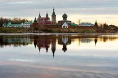 Монастырь St Nicholas для людей в Staraya Ladoga, взгляде от банка реки Volkhov на заходе солнца Стоковые Изображения