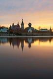 Монастырь St Nicholas для людей в Staraya Ladoga, взгляде от банка реки Volkhov на заходе солнца Стоковые Фотографии RF