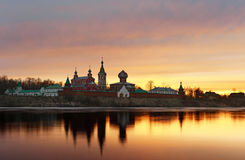 Монастырь St Nicholas для людей в Staraya Ladoga, взгляде от банка реки Volkhov на заходе солнца Стоковые Фото