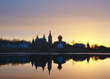Монастырь St Nicholas для людей в Staraya Ladoga, взгляде от банка реки Volkhov на заходе солнца Стоковое Фото