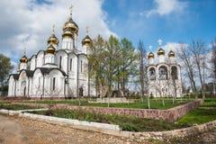 Монастырь St Nicholas (Nikolsky) от точки зрения сада весны Стоковые Фото