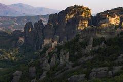 4 монастыря садить на насест на обрывистых горных породах стоковые изображения rf