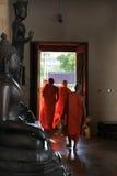 Монахи буддийского виска в Бангкоке, Таиланде Стоковые Фотографии RF