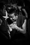 Монахи монастыря сывороток дебатируя в bandw Лхасе Тибете Стоковое фото RF