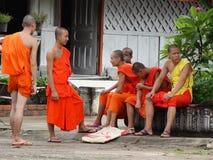 Монахи на буддийском монастыре в Luang Prabang, Лаосе Стоковые Фотографии RF