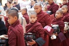 Монахи на монастыре Mahagandayon в Amarapura Мьянме Стоковое Фото