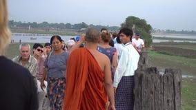 Монахи на мосте U-Bein, Мьянме - 22-ое ноября 2017 сток-видео