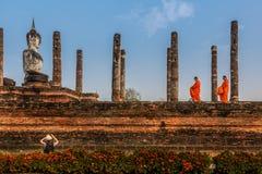 Монахи оплачивают повторение к статуе Будды Стоковое Фото