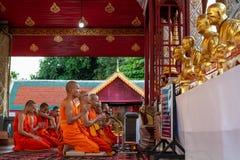 Монахи организуют ежедневную вечернюю молитву стоковое изображение