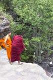 Монахи посещая водопад Kep около Kep Стоковая Фотография RF