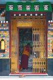 Монах в виске стоковое изображение