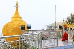 Монах в пагоде Kyaiktiyo или золотом утесе, Мьянме Стоковое Изображение RF