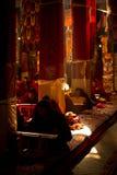 Монах в солнце монастыря Лхасы Тибета Drepung Стоковая Фотография RF