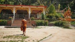 Монах идет к молитве в азиатском виске акции видеоматериалы
