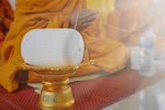 Монах молит со святым потоком в церемонии буддистов благоприятной стоковые изображения rf