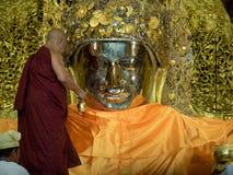 Монах Мьянма моя сторону Mahamuni Будды Стоковое фото RF