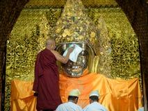 Монах Мьянма моя сторону Mahamuni Будды Стоковая Фотография RF