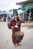 Монах на пагоде Kyaiktiyo стоковая фотография