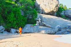 Монах на пляже Таиланда стоковое фото rf
