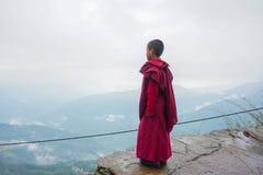 Монах на утесе Сикким, Индия стоковая фотография rf