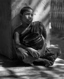 Монах отдыхая в коридоре виска, Bagan послушника, Мьянма Стоковое фото RF
