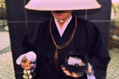 монах пожертвования колокола звеня синтоистское токио стоковая фотография