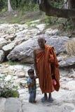 Монах посещая водопад Kep около Kep в Камбодже Стоковое Фото