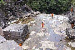 Монах посещая водопад Kep около Kep в Камбодже Стоковое Изображение RF