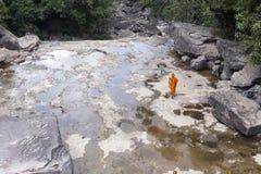 Монах посещая водопад Kep около Kep в Камбодже Стоковая Фотография