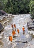 Монах посещая водопад Kep около Kep в Камбодже Стоковое Изображение