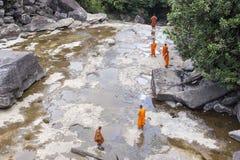 Монах посещая водопад Kep около Kep в Камбодже Стоковое фото RF