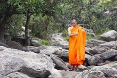 Монах посещая водопад Kep Стоковые Изображения RF