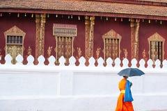 Монах послушника идя за древним храмом Vatsensoukharam, anci стоковое изображение