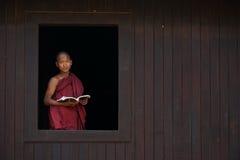 Монах послушника усмехается на окне старого виска Стоковое Фото