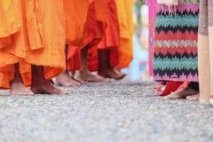 Монах получает еду от людей Стоковая Фотография RF