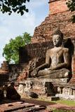 Монах размышляя перед статуей buddhas большой в SUKHOTHAI стоковые изображения