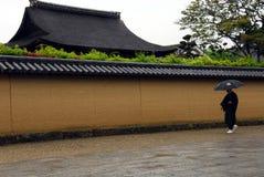 Монах с зонтиком Стоковая Фотография