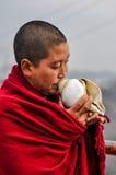 Монах с seashell в Arunachal Pradesh Стоковое Изображение RF