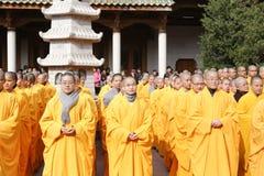 Монах южной церемонии благословением владением виска putuo стоковые изображения rf
