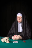 Монашка в играя в азартные игры концепции стоковые изображения rf