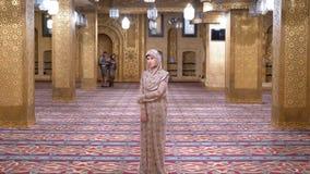 Монашка в стойках робы внутри исламской мечети E акции видеоматериалы