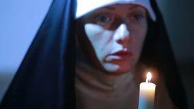 Монашка женщины моля на ноче горящие свечки Женщина в монашках одежд акции видеоматериалы