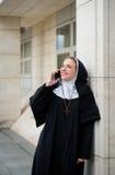Монашка на телефоне Стоковые Фото