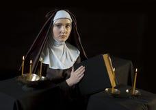 Монашка с библией Стоковые Изображения RF