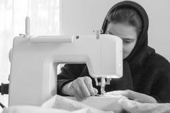 Монашка с швейной машиной стоковые изображения