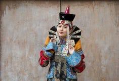 Монгольская женщина в традиционном обмундировании стоковые изображения rf