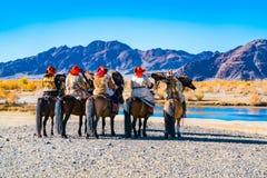 Монгольский охотник орла ждать на реке стоковая фотография