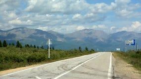 Монголия - Россия Mondy-khankh, дорога к переходу границы через пропуск в горы Sayan стоковое фото